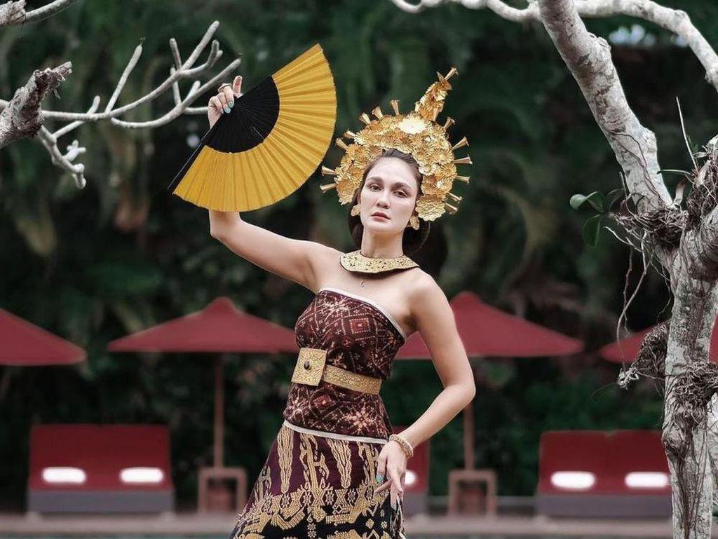 8 Pesona Artis Blasteran Pakai Baju Adat Bali, Aura Cantiknya Memukau