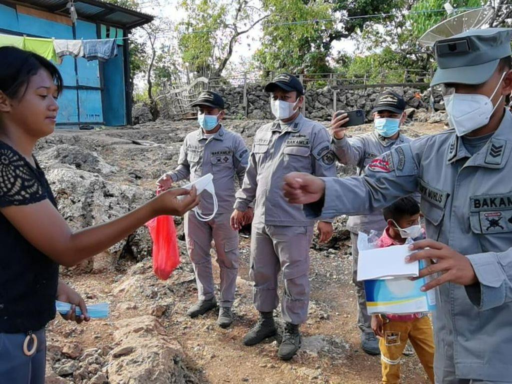 Bakamla Sosialisasi Prokes-Bagi Masker ke Warga Pesisir Kupang NTT