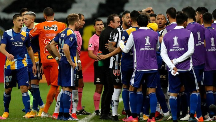 BELO HORIZONTE, BRAZIL - JULY 20: Players of Boca Juniors and Atletico MG argue as Referee Esteban Ostojich attempts to go to the sidelines to review with VAR a possible goal for Boca Juniors during a round of sixteen second leg match between Atletico Mineiro and Boca Juniors as part of Copa CONMEBOL Libertadores 2021 at Mineirao Stadium on July 20, 2021 in Belo Horizonte, Brazil. (Photo by Bruna Prado-Pool/Getty Images)