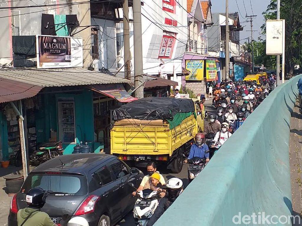 Hari Pertama PPKM Darurat di Surabaya Diperpanjang, Jalan Tikus Masih Macet