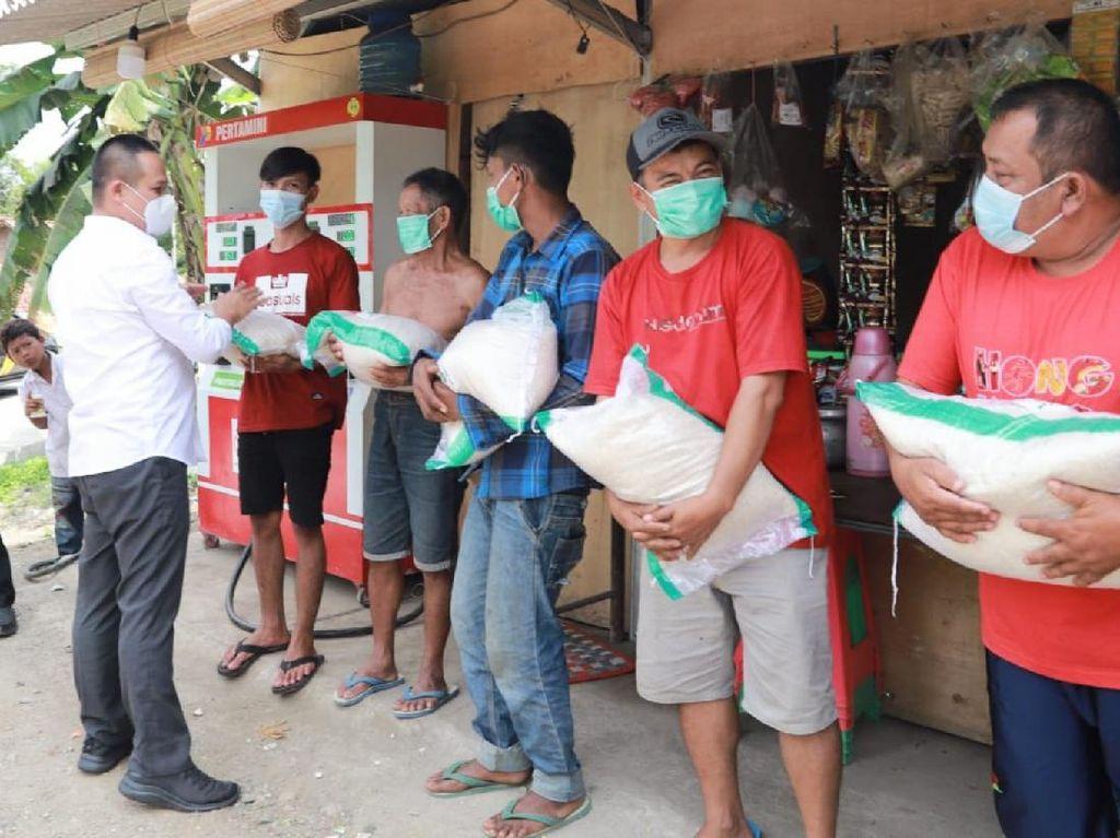 Door-to-Door, Bupati Kebumen Bagikan Bansos ke Warga Terdampak PPKM