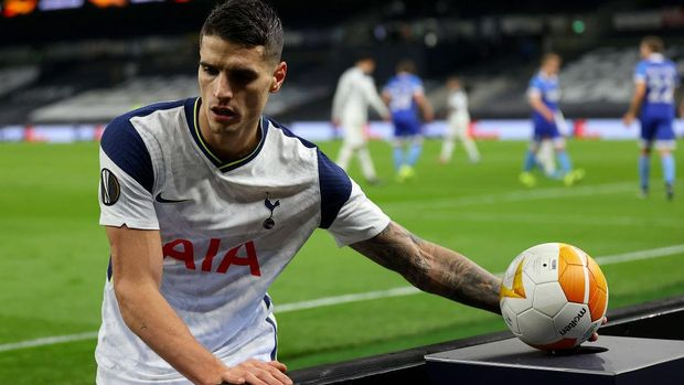 LONDON, ENGLAND - FEBRUARY 24: Erik Lamela of Tottenham Hotspur picks up a sanitised match ball before taking a corner kick during the UEFA Europa League Round of 32 match between Tottenham Hotspur and Wolfsberger AC at The Tottenham Hotspur Stadium on February 24, 2021 in London, England. Sporting stadiums around the UK remain under strict restrictions due to the Coronavirus Pandemic as Government social distancing laws prohibit fans inside venues resulting in games being played behind closed doors. (Photo by Julian Finney/Getty Images)