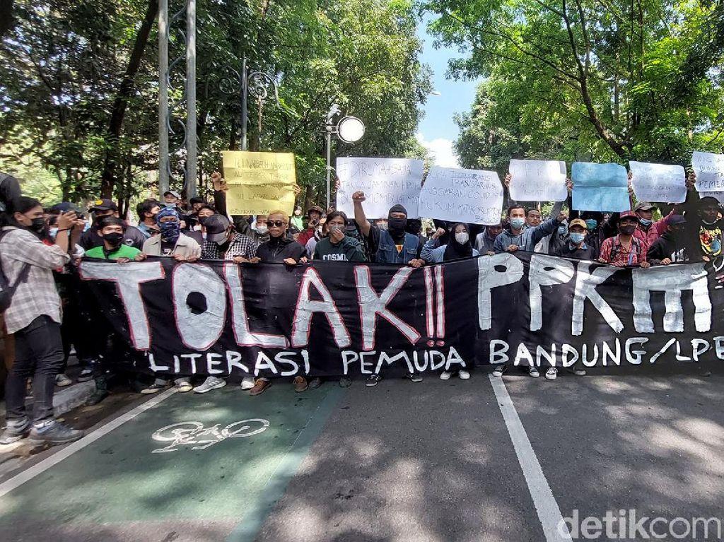 Jabar Hari Ini: Demo Tolak PPKM-Jaksa Beberkan Tarif Kencan Artis TA