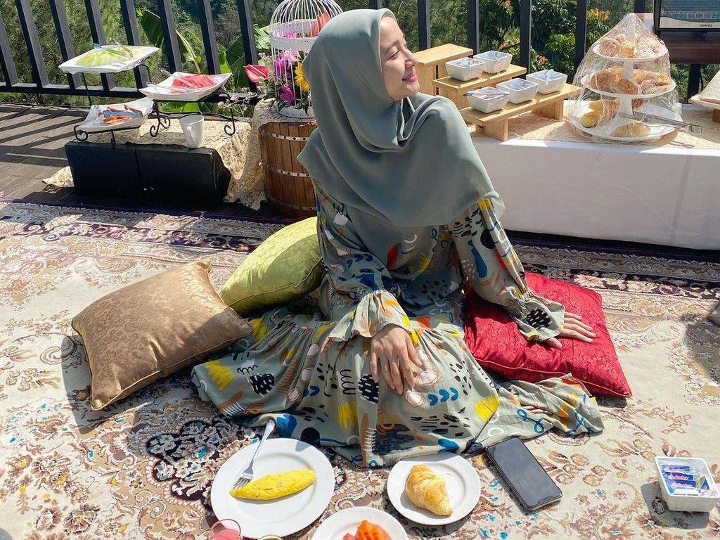 Momen Seru Laudya Cynthia Bella Saat Belanja hingga Piknik Cantik