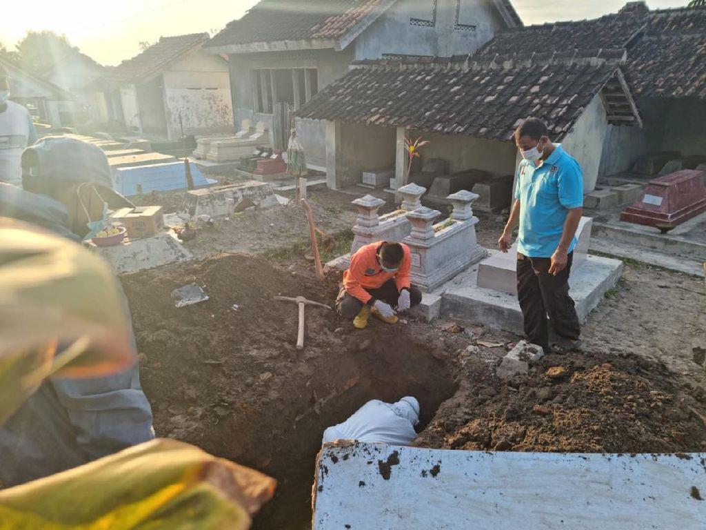 Makam Dibongkar Gegara Tali Pocong Lupa Dilepas, Polisi: Diminta Keluarga