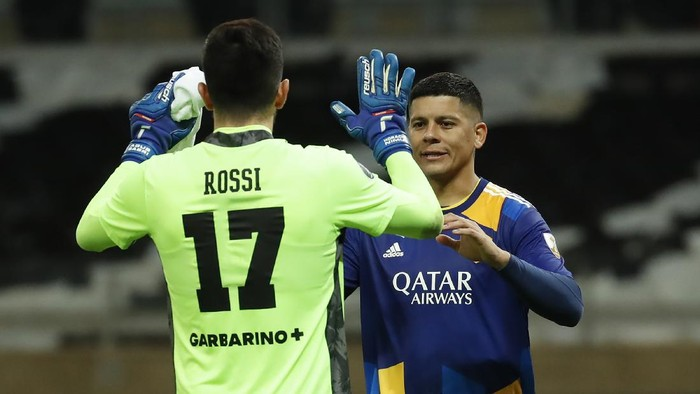 BELO HORIZONTE, BRAZIL - JULY 20: Agustín Rossi of Boca Juniors reacts with teammate Marcos Rojo in the penalty shootout after a round of sixteen second leg match between Atletico Mineiro and Boca Juniors as part of Copa CONMEBOL Libertadores 2021 at Mineirao Stadium on July 20, 2021 in Belo Horizonte, Brazil. (Photo by Bruna Prado-Pool/Getty Images)