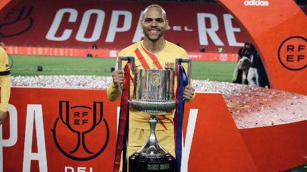 Martin Braithwaite mengangkat trofi Copa del Rey 2021 bersama Barcelona.