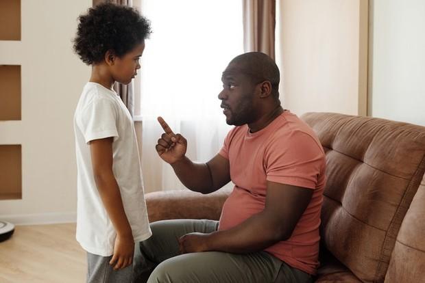 Memberi hukuman kepada anak bisa jadi opsi yang lain untuk menghentikan kebiasaan anak berbicara kasar/Pexels.com/August de Richelieu