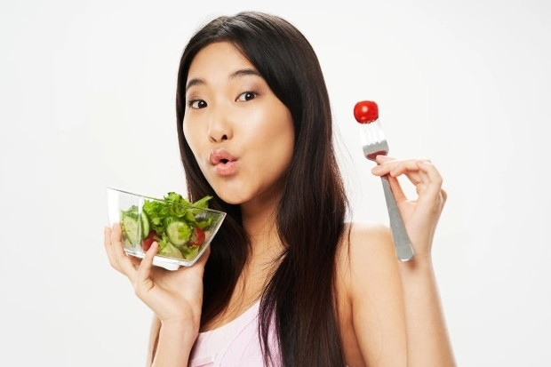 Mengonsumsi buah dan sayur bantu hilangkan plak gigi/ Foto: Freepik.com
