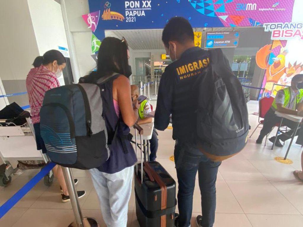 Keliaran Saat Positif COVID-19 di Bali, WN Rusia Dideportasi Imigrasi