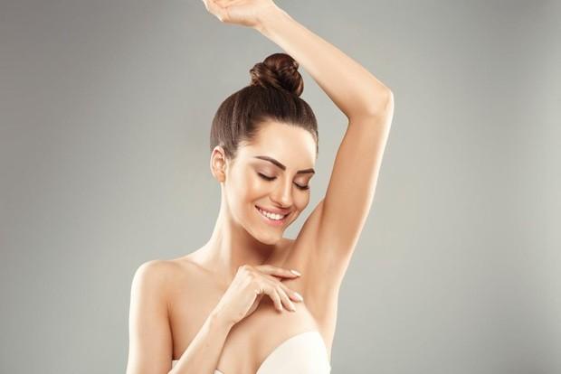Selain rentan bau, kulit ketiak juga rentan mengalami tekstur dan kasar. Apalagi jika kamu rutin mencukur atau waxing bulu ketiak.