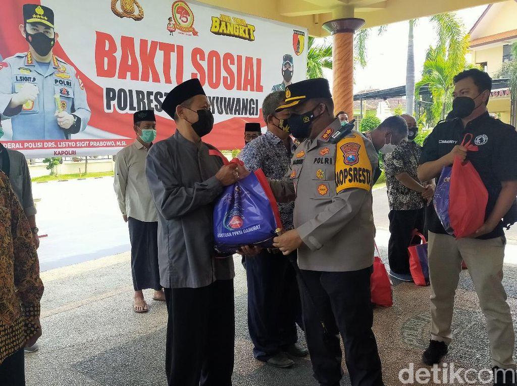 Polisi Banyuwangi Bagikan 1.000 Bansos ke Warga Terdampak PPKM Darurat