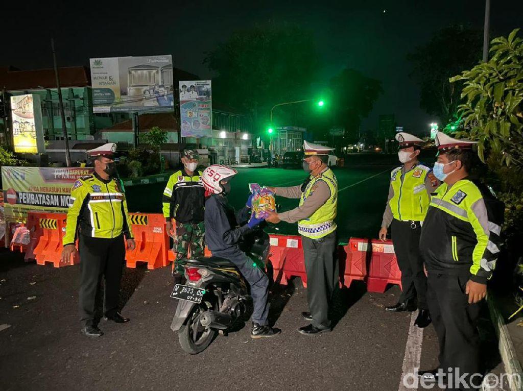 Saat Ojol di Sidoarjo Kaget Disetop Polisi, Ternyata Dapat Beras
