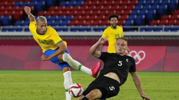 Germanys Amos Pieper blocks Brazils Richarlison during a mens soccer match at the 2020 Summer Olympics, Thursday, July 22, 2021, in Yokohama, Japan. (AP Photo/Kiichiro Sato)