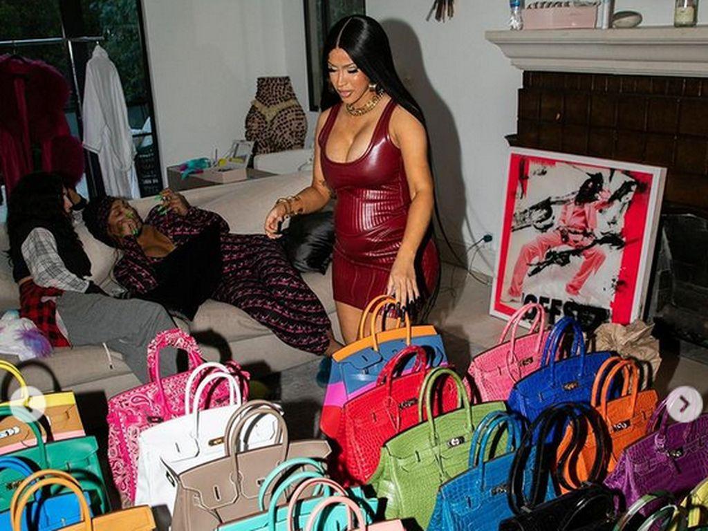 Cardi B Pamer Puluhan Koleksi Tas Hermes yang Diletakkan di Lantai