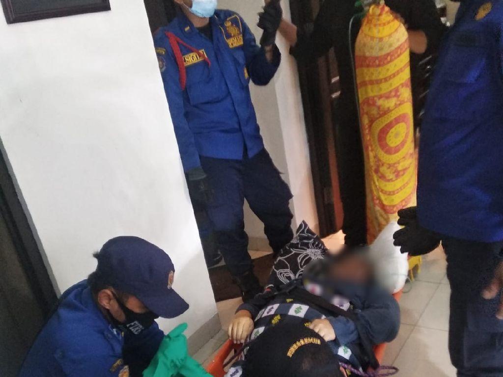 Damkar Evakuasi Pria 100 Kg di Palmerah yang Stroke Usai Makan Jengkol