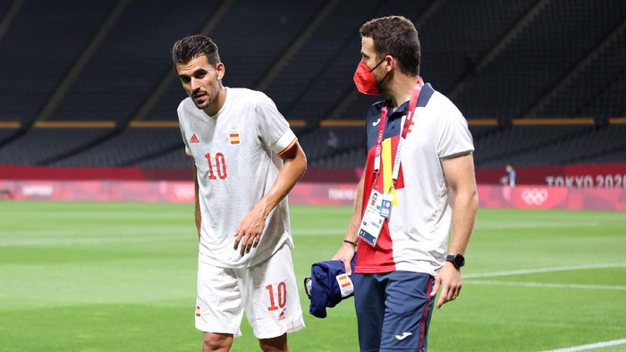 SAPPORO, JAPAN - JULY 22: Dani Ceballos #10 of Team Spain walks off injured during the Mens First Round Group C match between Egypt and Spain during the Tokyo 2020 Olympic Games at Sapporo Dome on July 22, 2021 in Sapporo, Hokkaido, Japan. (Photo by Masashi Hara/Getty Images)