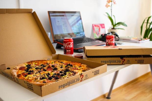 Nonton film bersama sambil makan pizza.
