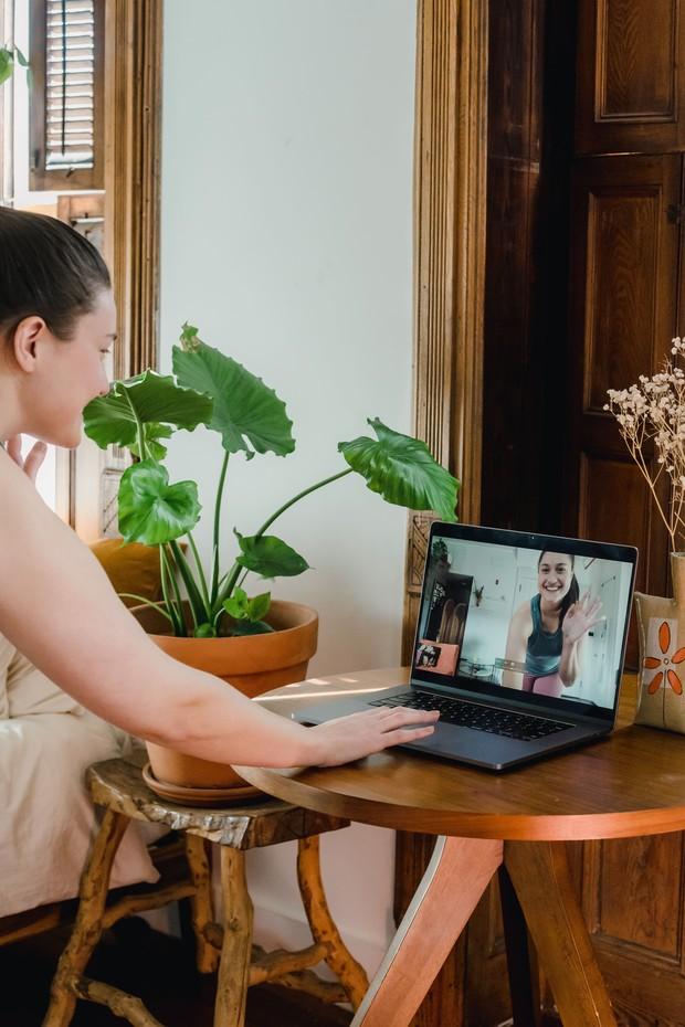 Ikut kelas online yang melibatkan aktivitas fisik bersama.