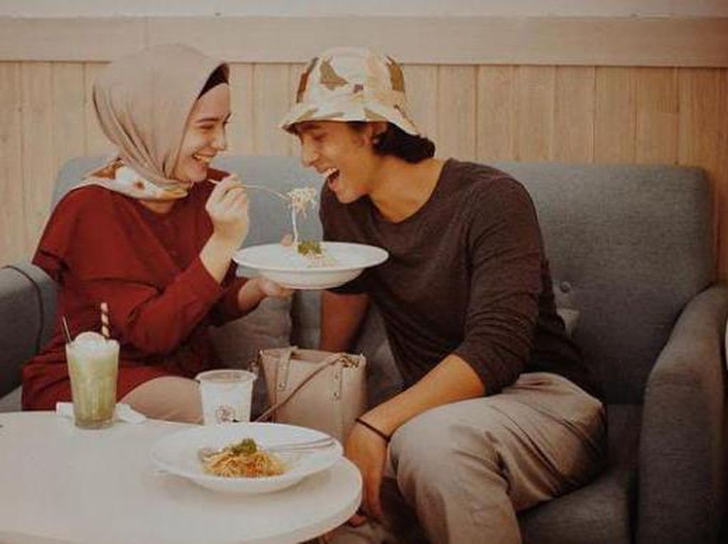Momen Arya Saloka Makan Es Krim hingga Ngopi Bareng Istri