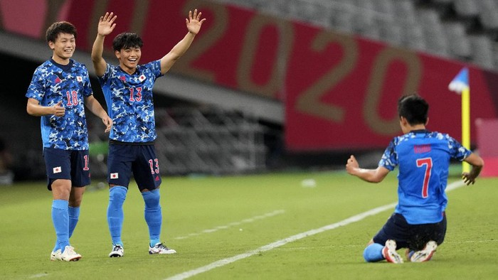 Japans Ritsu Doan, left, and teammate Reo Hatate, second from left, celebrates a goal from Takefusa Kubo (7) during a mens soccer match against South Africa at the 2020 Summer Olympics, Thursday, July 22, 2021, in Tokyo, Japan. (AP Photo/Shuji Kajiyama)