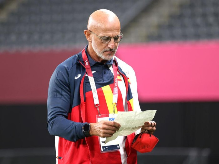 SAPPORO, JAPAN - JULY 22: Luis de la Fuente, Head Coach of Team Spain reads notes during the Mens First Round Group C match between Egypt and Spain during the Tokyo 2020 Olympic Games at Sapporo Dome on July 22, 2021 in Sapporo, Hokkaido, Japan. (Photo by Masashi Hara/Getty Images)
