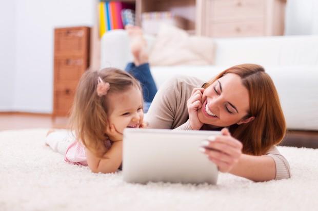 Untuk mengajari anak bijak menggunakan gadget, orang tua bisa memulai dengan memahami bagaimana peranan teknologi terhadap tumbuh kembang anak.