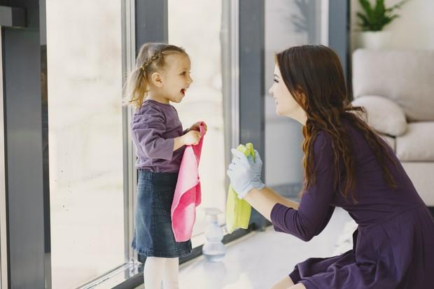 Hal yang paling dasar mengajarkan kebiasaan baik pada anak sejak dini yakni dengan membereskan barang