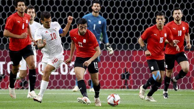 Tokyo 2020 Olympics - Soccer Football - Men - Group C - Egypt v Spain - Sapporo Dome, Sapporo, Japan - July 22, 2021. Akram Tawfik of Egypt in action with Dani Ceballos of Spain REUTERS/Kim Hong-Ji