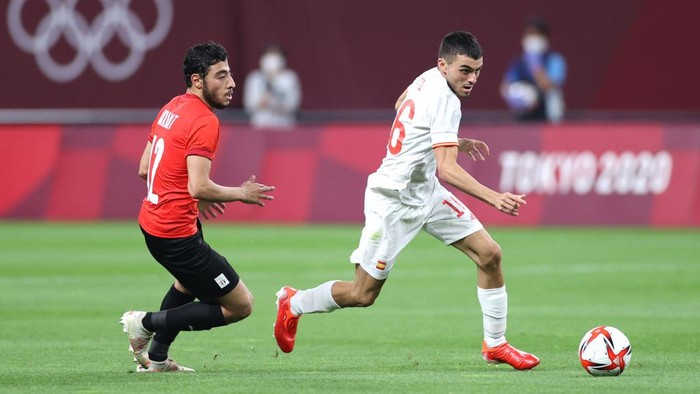 SAPPORO, JAPAN - JULY 22: Pedri Gonzalez #16 of Team Spain breaks away from Akram Tawfik #12 of Team Egypt during the Mens First Round Group C match between Egypt and Spain during the Tokyo 2020 Olympic Games at Sapporo Dome on July 22, 2021 in Sapporo, Hokkaido, Japan. (Photo by Masashi Hara/Getty Images)