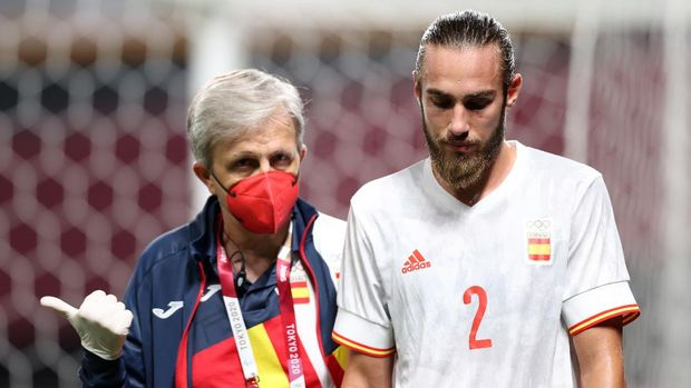 SAPPORO, JAPAN - JULY 22: Oscar Mingueza #2 of Team Spain reacts as he is forced to leave the field after suffering an injury during the Men's First Round Group C match between Egypt and Spain during the Tokyo 2020 Olympic Games at Sapporo Dome on July 22, 2021 in Sapporo, Hokkaido, Japan. (Photo by Masashi Hara/Getty Images)