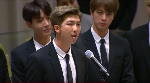 RM menyampaikan pidatonya dengan mengajak anak muda untuk bersuara dan mencintai diri sendiri