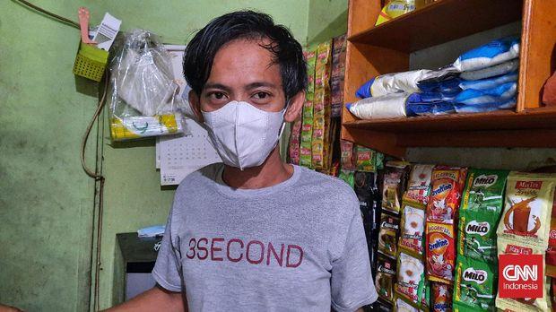 Endang (30), penjaga warung kopi di Jagakarsa, Jakarta Selatan.