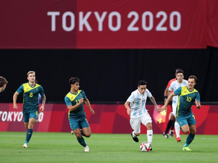 SAPPORO, JAPAN - JULY 22: Esequiel Barco #11 of Team Argentina runs with the ball during the Mens First Round Group C match between Argentina and Australia during the Tokyo 2020 Olympic Games at Sapporo Dome on July 22, 2021 in Sapporo, Hokkaido, Japan. (Photo by Masashi Hara/Getty Images)