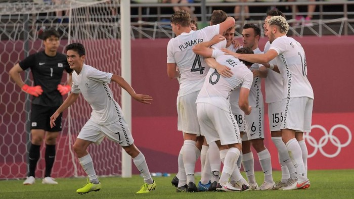 New Zealand players celebrate after New Zealands forward Chris Wood scored during the Tokyo 2020 Olympic Games mens group B first round football match between New Zealand and South Korea at the Ibaraki Kashima Stadium in Kashima on July 22, 2021. (Photo by SHINJI AKAGI / AFP)