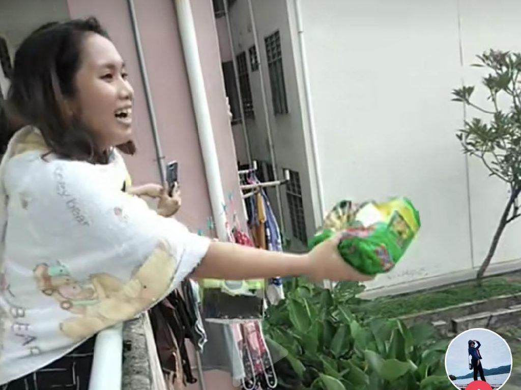 Viral Wanita Isoman Bagi-bagi Hadiah untuk Tenaga Kesehatan dari Ketinggian