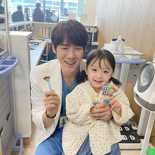 Yo Yeon-seok saat bintangi drama Hospital Playlist 2 (foto: instagram.com/yoo_yeonseok)