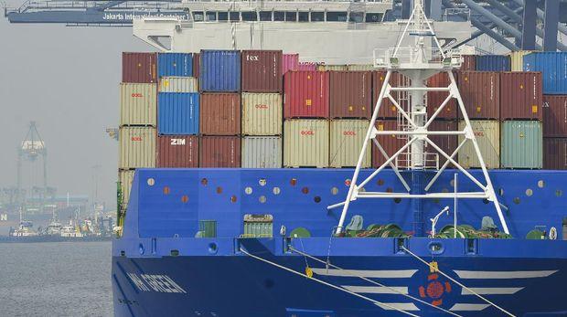 Suasana aktivitas bongkar muat peti kemas di pelabuhan Tanjung Priok, Jakarta Utara, Kamis (22/7/2021). Menko Perekonomian yang juga Ketua Komite Penanganan COVID-19 dan Pemulihan Ekonomi Nasional (KPCPEN) Airlangga Hartarto menyatakan ekspor dan impor Indonesia mengalami surplus selama 14 bulan berturut-turut sejak Mei 2020, termasuk pada Juni 2021 yang surplus 1,32 miliar dolar AS, tren tersebut menunjukkan aktivitas ekonomi di Indonesia terus berlanjut pulih. ANTARA FOTO/M Risyal Hidayat/aww.