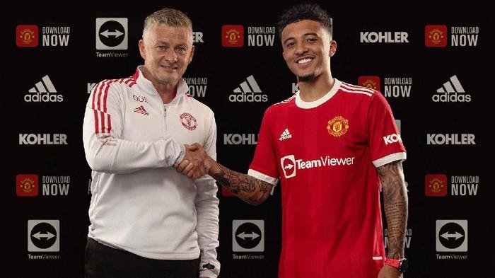 Jadon Sancho resmi bergabung ke Manchester United, Jumat 23 Juli 2021. Pemain Inggris itu berfoto dengan Ole Gunnar Solskjaer.