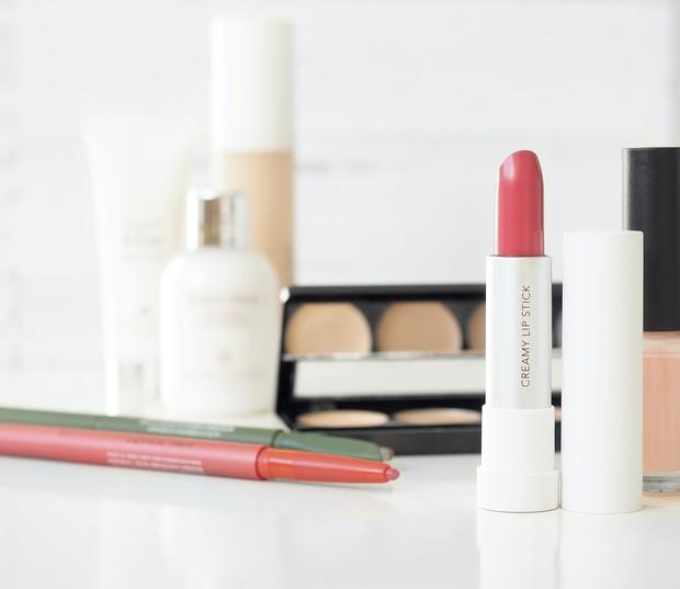 Lipstick dengan beberapa alat make up