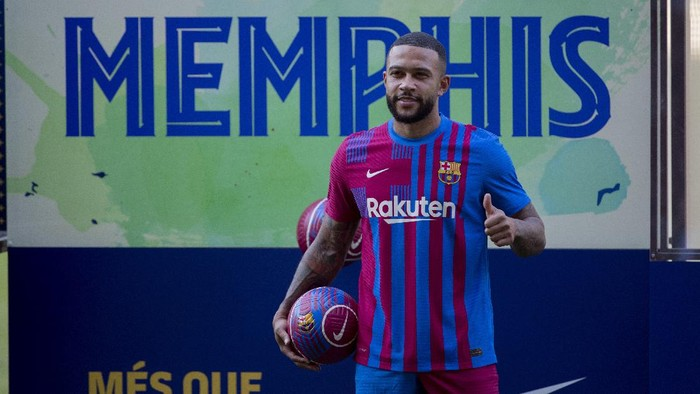 Netherlands striker Memphis Depay poses for the media during his official presentation after signing for FC Barcelona in Barcelona, Spain, Thursday July 22, 2021. Depay previously played for PSV Eindhoven, Manchester United and Lyon. (AP Photo/Joan Monfort)