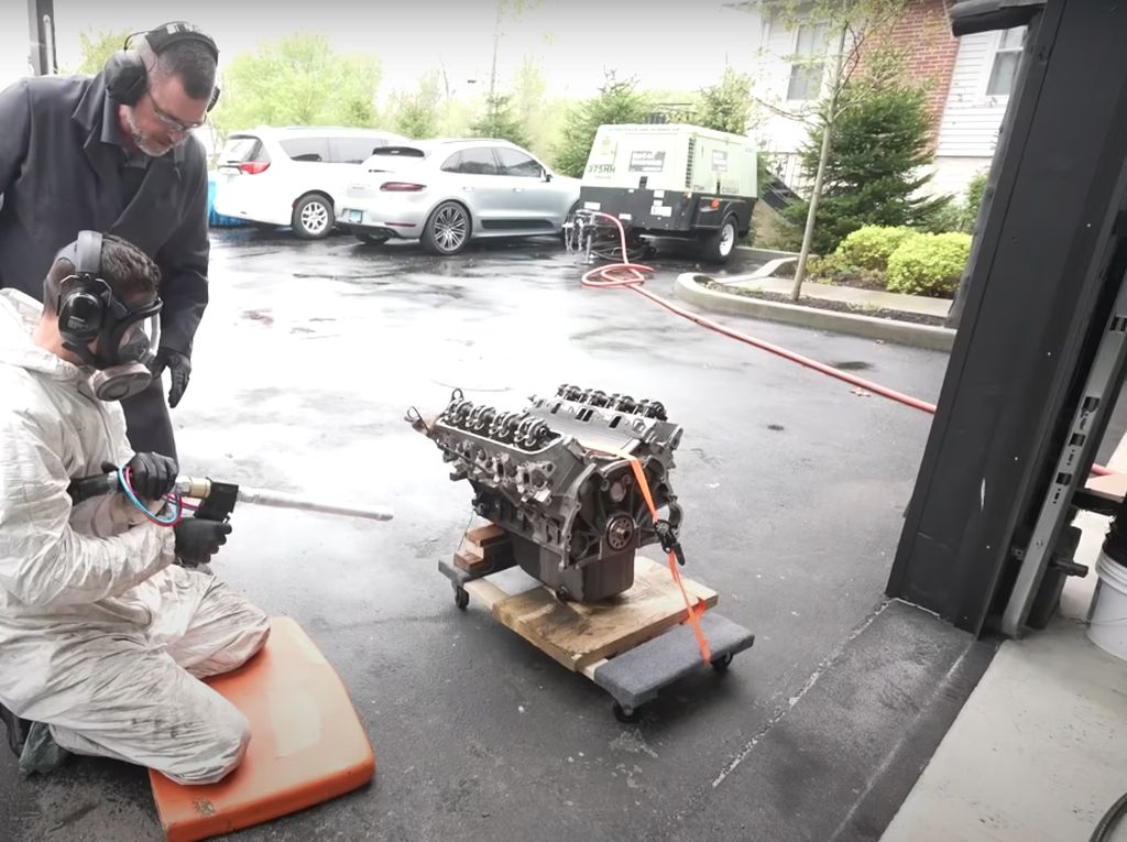 Unik! Blok Mesin Land Rover Ini Dibersihkan Pakai Dry Ice