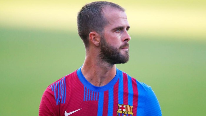 BARCELONA, SPAIN - JULY 21: Miralem Pjanic of FC Barcelona looks on during a friendly match between FC Barcelona and Gimnastic de Tarragona at Johan Cruyff Stadium on July 21, 2021 in Barcelona, Spain. (Photo by Eric Alonso/Getty Images)