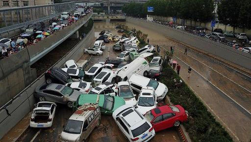 Dahsyatnya Banjir China: Mobil Hanyut di Jalanan, Tumpang-tindih Tak Karuan