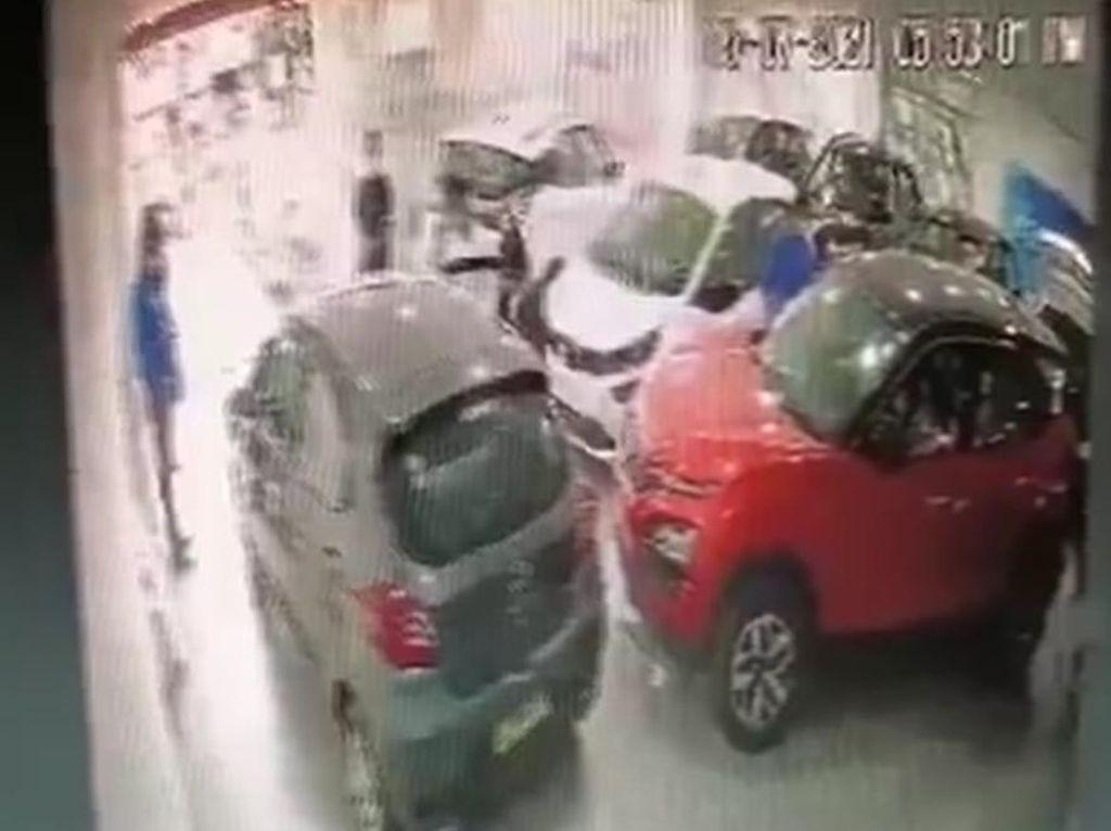 Duh! Sales Lagi Jelasin Fitur, Mobil Bablas sampai Terbalik di Depan Showroom