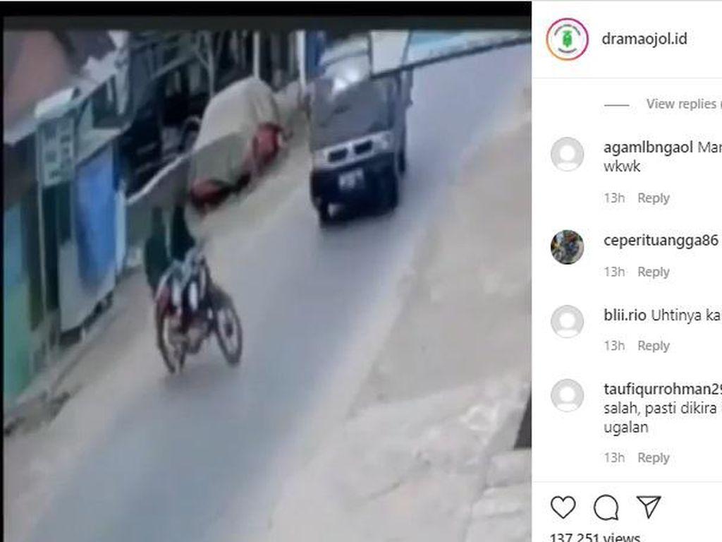Duh! Ukhti Nyelonong Keluar Gang Bikin Mobil Pikap Ngepot, Netizen: Mirip Fast & Furious