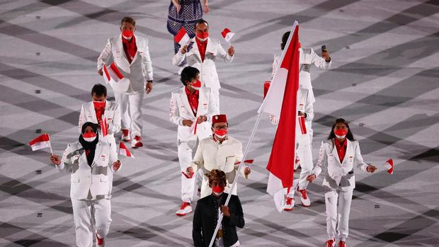 Tokyo 2020 Olympics - The Tokyo 2020 Olympics Opening Ceremony - Olympic Stadium, Tokyo, Japan - July 23, 2021. Nurul Akmal of Indonesia and Rio Waida of Indonesia lead their contingent in the athletes parade during the opening ceremony REUTERS/Mike Blake