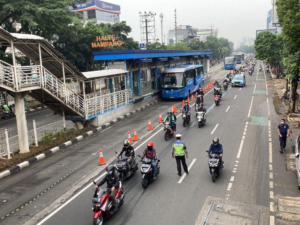 Polisi Longgarkan Penyekatan di Mampang Jaksel, Pemotor Tak Tunjukkan STRP
