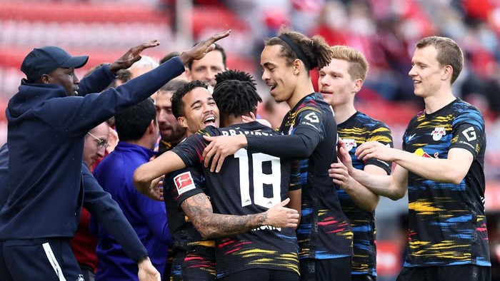 BERLIN, GERMANY - MAY 22: Justin Kluivert of RB Leipzig celebrates with Yussuf Poulsen and team mates after scoring their sides first goal during the Bundesliga match between 1. FC Union Berlin and RB Leipzig at Stadion An der Alten Foersterei on May 22, 2021 in Berlin, Germany. After easing the Corona restrictions, Union Berlin plays in front of 2,000 spectators in its last home match of the season. Sporting stadiums around Germany remain under strict restrictions due to the Coronavirus Pandemic as Government social distancing laws prohibit fans inside venues resulting in games being played behind closed doors. (Photo by Maja Hitij/Getty Images)