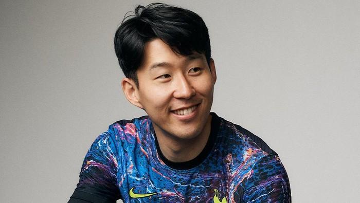Son Heung-min memakai jersey away baru Tottenham Hotspur untuk musim 2021/2022, Kamis 22 Juli 2021.